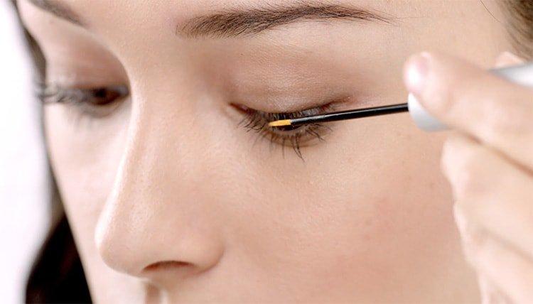 How do I use an eyelash serum?
